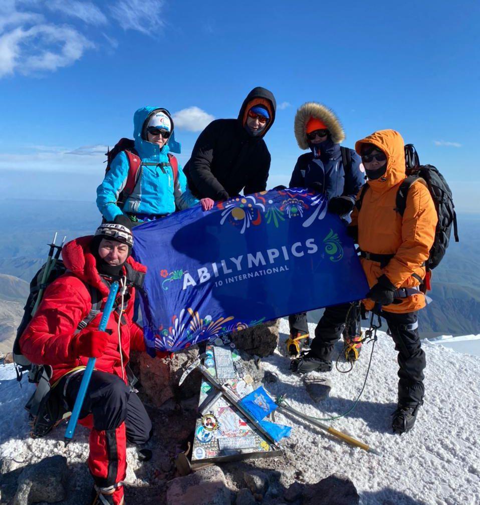 На вершине горы Эльбрус развернут флаг X Международного чемпионата  «Абилимпикс»